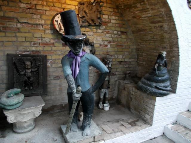 Le vaudou est très répandu en Haïti, ainsi il n'est pas rare de voir des autels vaudous à l'entrée des restaurants et hôtels.