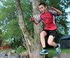 Étienne Miville, 10ans, est atteint du syndrome de Gilles de la Tourette. Seulement prendre une photo est difficile en raison de ses nombreux tics. La photo en sautant est son idée.