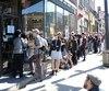 En après-midi, la file pour entrer dans le magasin s'étendait jusqu'à la rue Drolet, à l'ouest.