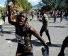 Une manifestante en colère s'apprêtait à lancer une pierre, mercredi, à Port-au-Prince.