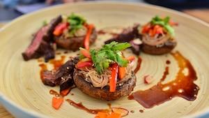 Salade de champignons et boeuf grillé au sésame