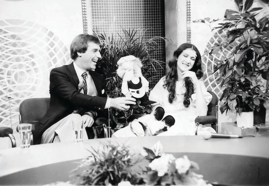 Depuis le premier jour, Céline Dion et Michel Jasmin ont un lien exceptionnel. En effet, depuis le 19 juin 1981, jour de la première apparition télé de Céline à l'émission de Michel Jasmin, ils ont multiplié les entrevues et les confidences et chaque rencontre a donné lieu à des retrouvailles enthousiastes.