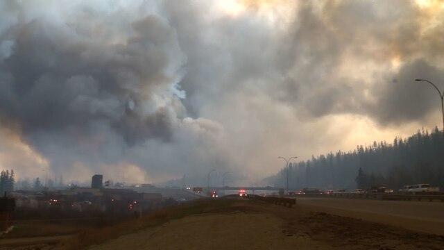 Une autre image datant de mardi montrant le ciel envahi par la fumée et les cendres.