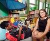 La directrice de l'école Saint-Malo, Suzanne St-Arnaud, est en compagnie d'élèves de quatrième année qui se réjouissent de ne plus avoir de devoirs à faire à la maison.