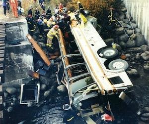 Plusieurs pompiers et secouristes ont fait face à un terrible constat à leur arrivée sur les lieux de l'accident: la majorité des occupants de l'autocar avaient péri.