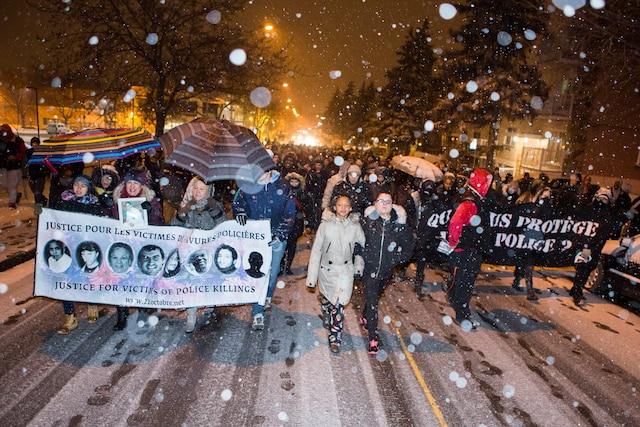 Plus d'une centaine de manifestants ont marché contre la brutalité policière à Montréal-Nord hier. Au centre, on peut reconnaître Lilian Maribel Madrid, la mère de Fredy et Dany Villanueva.