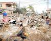 Des débris à perte de vue jonchent les rues de La Havane après qu'elles ont été inondées. Des Cubains s'affairent à ramasser les dégâts et tentent de dégager la chaussée.