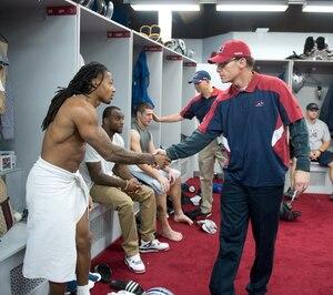 Comme c'est son habitude à la fin d'une saison, on a vu Marc Trestman remercier ses joueurs après la rencontre. On le voit ici serrer la main de Trent Guy.