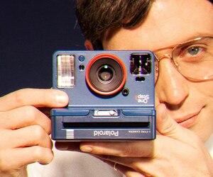 Un monsieur un peu «creepy» tenant le fameux appareil pour une campagne publicitaire de Polaroid.