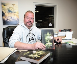 François Doucet des Éditions ADA a décidé de remettre en vente la version glauque du conte pour enfants Hansel et Gretel, de l'auteur Yvan Godbout.