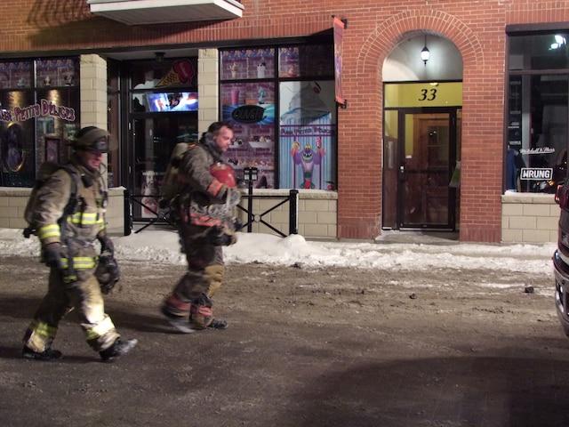 Les pompiers de Sherbrooke ont combattu l'incendie par un froid glacial jusqu'aux petites heures du matin.