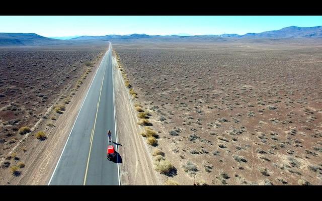 Dans la photo, on voit Rosie Swale-Pop courir au milieu du désert américain. Elle court à travers les États-Unis pour lever des fonds contre le Cancer.