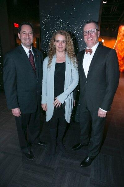 Le maire de Montréal Michael Applebaum, l'astronaute Julie Payette et Charles Mathieu Brunelle, directeur du Planétarium.