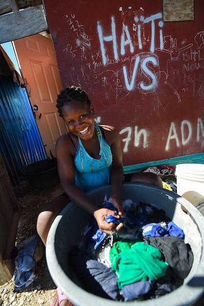 Cinq ans plus tard des deplaces Haitiens ont refait leur vie dans des petites habitations fournies par la Croix-Rouge a Port-au-Prince.