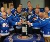Les anciens Nordiques ont retrouvé la coupe Avco avec émotion dimanche après l'avoir conquise il y a 40 ans.