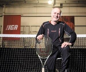 Réjean Genois est toujours bien actif dans le milieu du tennis. En plus de jouer deux fois par semaine, il s'occupe de la relève comme président de Tennis Québec.