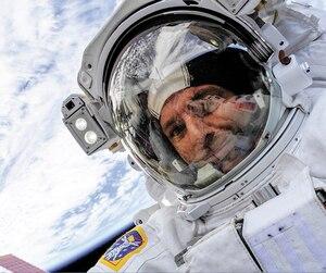 Le Québécois a publié une photo de lui avec la Terre en arrière-plan sur sa page Facebook.
