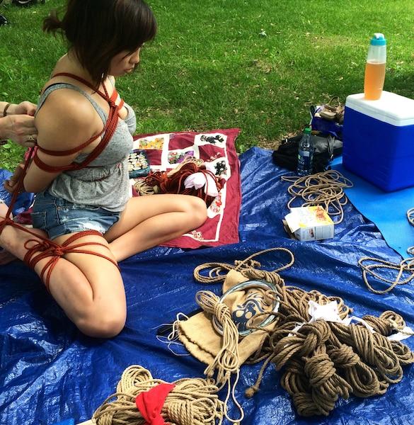 Les pique-niques shibari, ou l'art de ligoter en japonnais, ont lieu tout au long de l'été dans différents parc de la métropole.