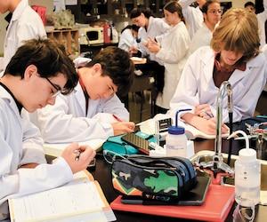 Le nouveau modèle pédagogique entrepreneurial du Collège Citoyen mise plus sur l'application des compétences en mise en situation. On y valorise grandement le travail d'équipe.