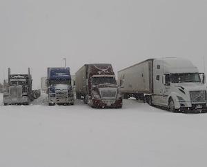 La halte routière de Saint-Nicolas, à Lévis, était envahie de camionneurs contraints de devoir attendre la réouverture des routes fermées à cause de la tempête.