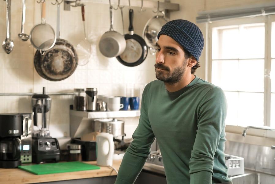 Nico (Gabriel d'Almeida Freitas) s'aperçoit qu'un couteau a disparu de la cuisine. Qui l'a pris, et pourquoi?