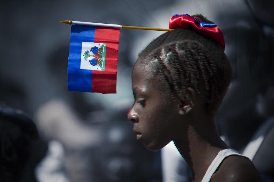 Une jeune fille participe à une parade dans les rues de Pétionvile.