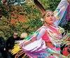 Danseuses traditionnelles vêtues de leur régalia, sur l'île des Frères.