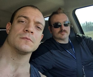 Éric B. Fafard, 29 ans, et son ami Ralph Iuliano, 31 ans, quittent le camp de travailleurs de Fort McMurray en raison des violents feux de forêt, le mercredi 4 mai 2016.