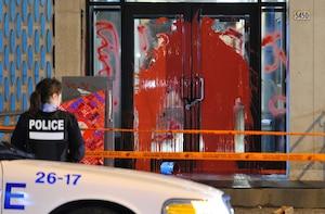 Le bureau de circonscription du ministre des Finances, Raymond Bachand, a été visité par des vandales dans la nuit de lundi.