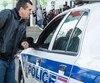 Le camionneur Serhiy Horokhovskyy avait payé pour obtenir un passeport d'urgence afin de passer la frontière ce soir pour son travail. Il tente ici de négocier avec un policier afin d'entrer au bureau des passeports de Laval.
