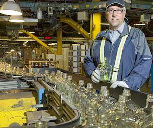 Le directeur de l'usine Owens-Illinois, François Carrier, manque de verre recyclé pour fabriquer ses contenants.