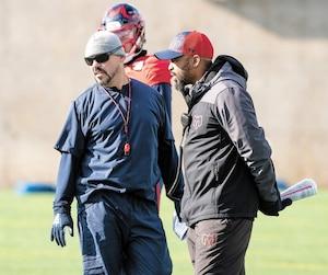 Responsable des porteurs de ballon des Alouettes, André Bolduc a développé une relation respectueuse avec l'entraîneur-chef Khari Jones.