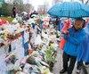Malgré la pluie qui tombait mercredi, les Torontois ont continué de déposer des fleurs et de se recueillir sur la rue Yonge en l'honneur des 25victimes, dont 10 qui ont perdu la vie lors de l'attaque au camion-bélier.