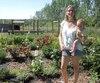 Jacynthe René et son fils Jonathan dans le jardin de fleurs de sa résidence.