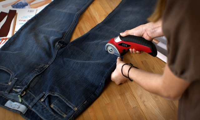 L'outil vous sera également pratique pour le découpage de textile dense et épais, tel que cette paire de pantalons en denim.