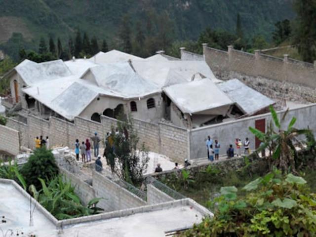 On peut voir sur cette photo une maison qui s'est littéralement effondrée dans le village de Thomassin situé à 19 km à l'est de Port-au-Prince.