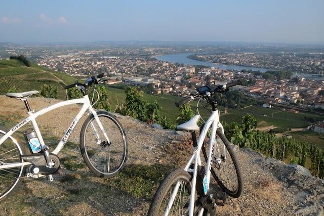 Escale vélo sur les hauteurs de Tain-l'Hermitage, en Rhône-Alpes.