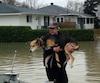 Richard Lafrance a secouru son chien banjo, qui était prisonnier des eaux hier, alors que la situation continuait de s'aggraver à Gatineau.