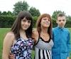 Danielle Guérin entourée de deux de ses trois enfants, Rose, 12 ans (à gauche), et Samuel, 15 ans (à droite). Ce dernier a des troubles d'anxiété. «Il s'inquiète pour moi, il a peur que je devienne aveugle... et moi aussi j'ai peur», dit Mme Guérin, atteinte de rétinite pigmentaire.