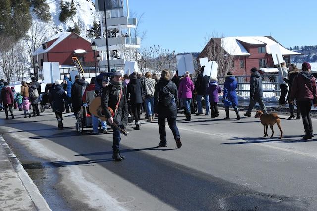 Environ 150 citoyens ont manifesté contre les émanations de l'usine de peinture Anacolor, dnas le secteur de Cap-Rouge, à Québec, le samedi 18 mars 2017. PHOTO GUY MARTEL/AGENCE QMI