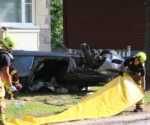 Un homme de 24 ans est décédé et un autre de 34 ans repose dans un état critique après que le véhicule dans lequel ils prenaient place ait percuté un arbre sur la rue des Chênes Est, dans l'arrondissement Limoilou.