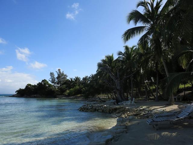 La plage tranquille de l'hôtel Port Morgan, à l'Ile-à-Vache.
