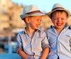 kinderen lachen samen op vakantie tijdens zonsondergang