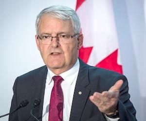 Le ministre des Transports Marc Garneau n'a pas l'intention de reculer dans sa décision de permettre les couteaux de 6cm et moins dans les avions. Les couteaux de type Karambit sèment également l'inquiétude auprès des agents de bord.