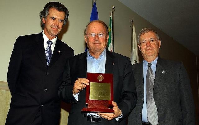 Bernard Landry reçoit le prix Louis-Joseph Papineau, le 15 avril 2004. Il est entouré de Benoit Roy (à gauche) et de Yves Rocheleau (à droite).