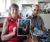 Louisette Charbonneau, avec son mari Gabriel, tient la dernière photo de famille de leur fille Line, son gendre Richard et de leurs petites-filles Amélie et Anaïs, qui ont péri leur du glissement de terrain à leur résidence.
