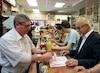 René Angelil, l'un des nouveaux propriétaires du traditionnel restaurant Schwartz's, à Montréal, a commandé, hier midi, son classique smoked meat. Eh oui, il a pris le plus gras, à son grand plaisir ! Il a eu droit au service du gérant, Johnny.