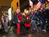 Environ 2000 étudiants ont défilé pacifiquement et sous un air de fête dans les rues de Montréal, hier soir, pour une huitième manifestation nocturne consécutive visant à dénoncer la hausse des droits de scolarité. Pendant la longue marche de soirée, les policiers ont procédé seulement à deux arrestations.