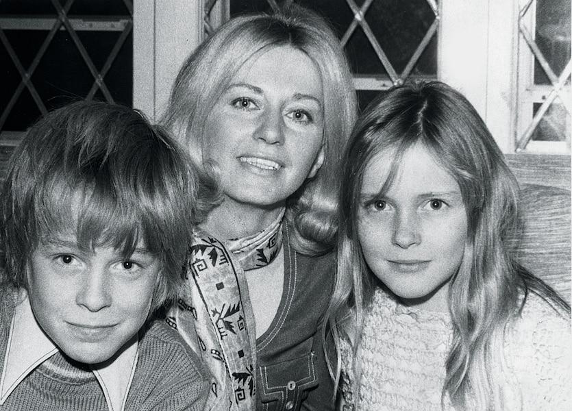 Ses deux enfants, Sylvain et Pascale, avec leur mère, France Johnson.