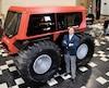 Un des fondateurs de Zeal Motor, Maxim O'Shaughnessy, devant le nouveau véhicule utilitaire dans les locaux de la compagnie à Bromont.